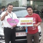 Foto Penyerahan Unit 1 Sales Marketing Mobil Dealer Daihatsu Asri