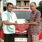 Foto Penyerahan Unit 2 Sales Marketing Mobil Dealer Daihatsu Asri
