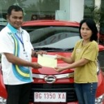 Foto Penyerahan Unit 4 Sales Marketing Mobil Dealer Daihatsu Asri